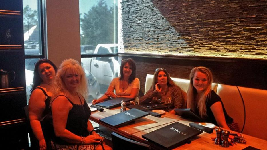 """The """"crew"""" eating at Kevin Durant's in Bricktown OKC"""